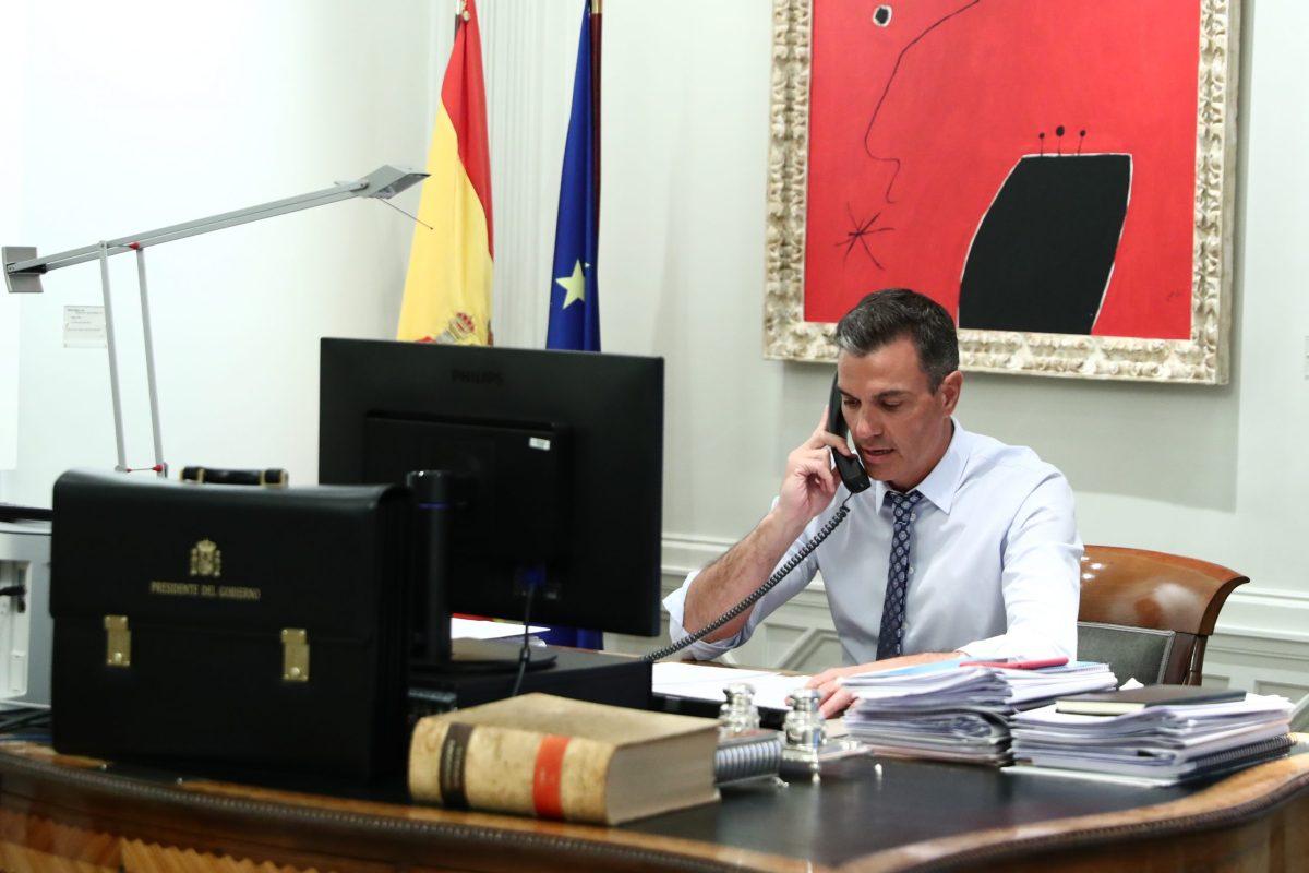 Pedro Sánchez al teléfono / Moncloa