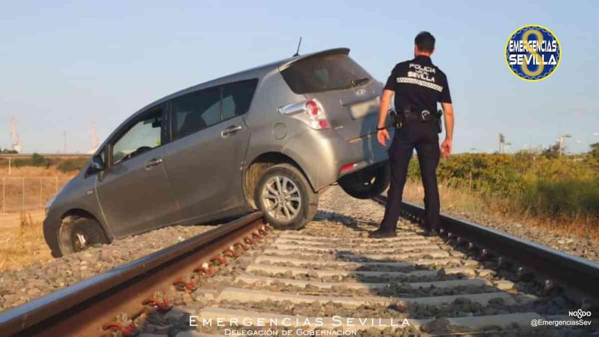 Coche sobre las vías del tren / ES
