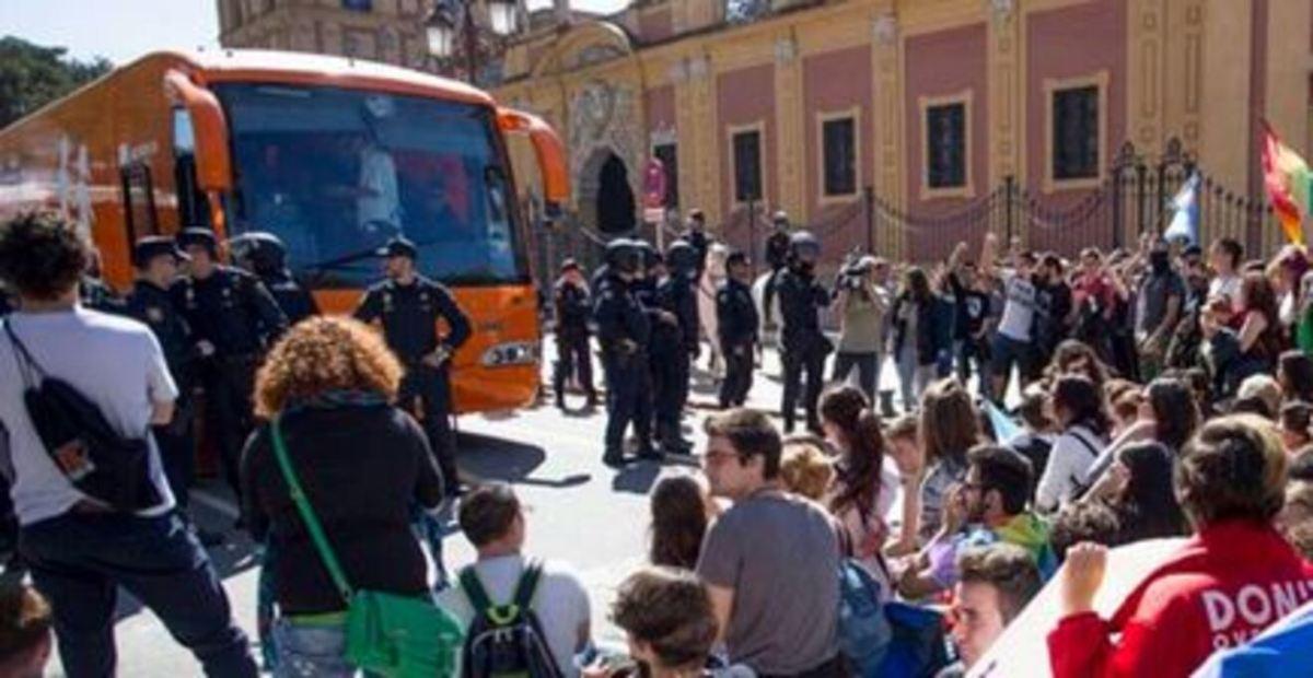 Paso del autobús de HazteOir por Sevilla / Cartel protesta LGTBIfobia