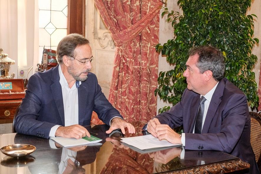 Reunión entre el alcalde Juan Espadas y el consejero Felipe López. FOTO: Lince.