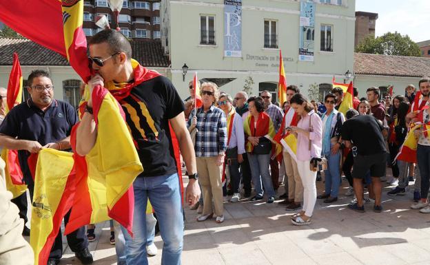 Un ciudadano besa la bandera de España.