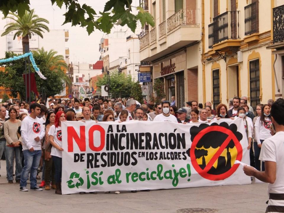 Protestas en Alcalá contra la quema de resíduos de la cementera