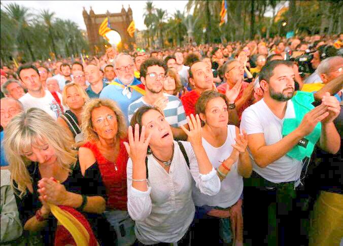 Imagen de los independentistas tras saber de la suspensión