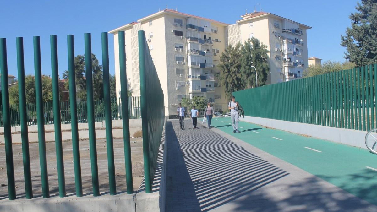 """El """"muro"""" que divide el Parque Alcosa de Sevilla Este."""