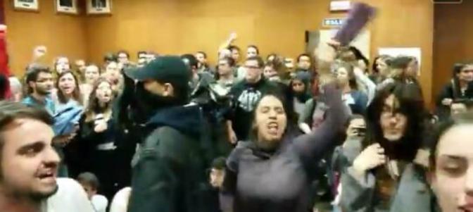 Los manifestantes impidieron violentamente la celebración del debate.