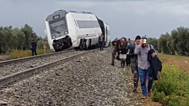 El tren regional ha descarrilado a la altura de Arahal.