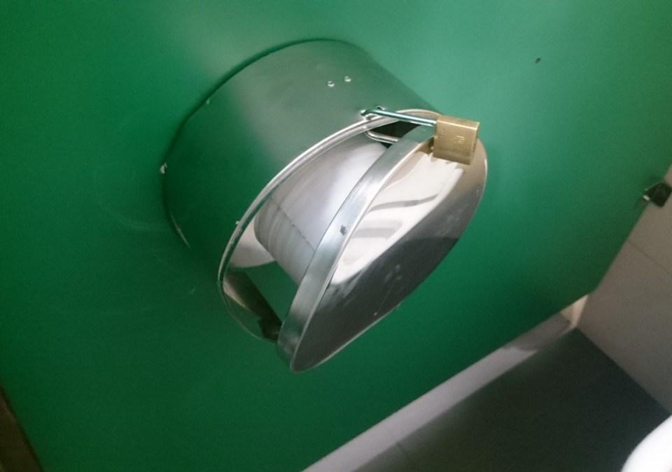 Papel higiénico con candado en los aseos de la estación de Santa Justa