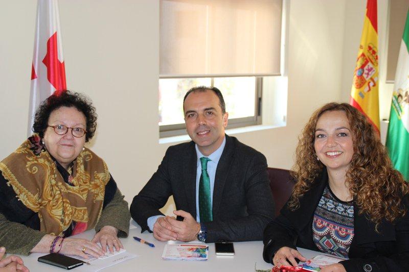Javier MIllán junto a la presidenta de Cruz Roja, Amalia Gómez y la parlamentaria Marta Escrivá.