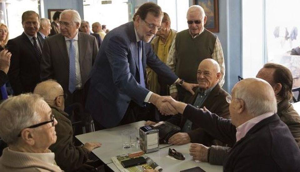 Rajoy saluda a un grupo de pensionistas.