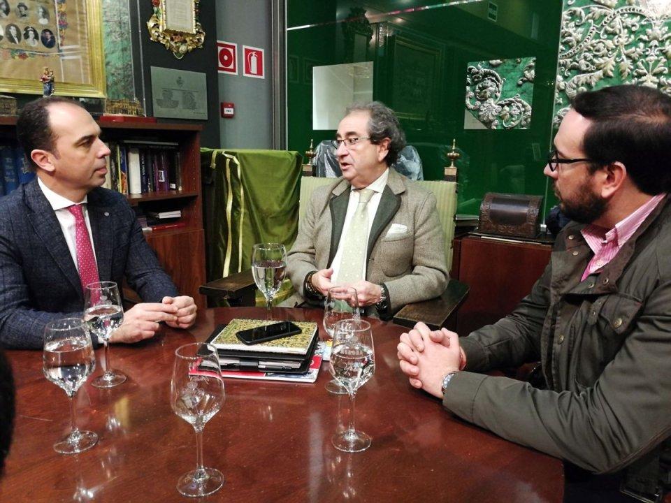 El portavoz de Ciudadanos y el Hermano Mayor de la Macarena