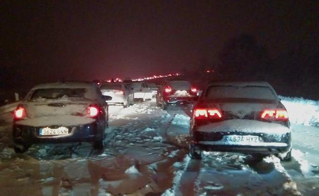Miles de vehículos atrapados por la nieve en la AP-6
