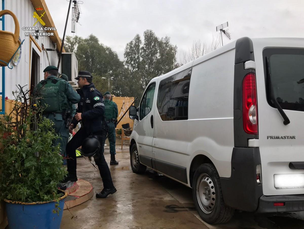 La operación de la Guardia Civil ha contado con el apoyo de la Policía Local de Sevilla. Se han registrado varias viviendas.