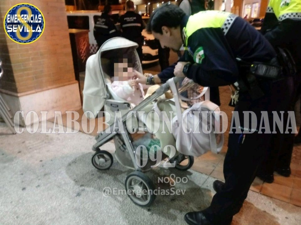 Imagen de la Policía Local con el bebé de 14 meses