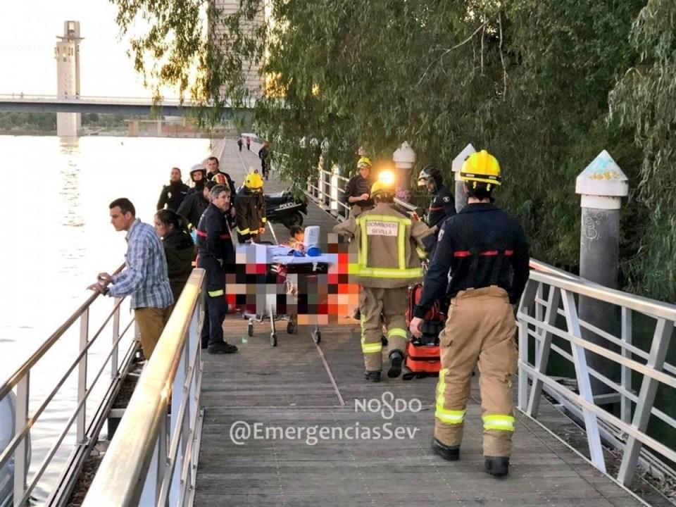 Imagen de los servicios de Emergencia con el hombre rescatado del río