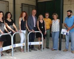 El Ayuntamiento inicia la entrega de 1.600 aparcabicis a empresas, comunidades de propietarios, centros educativos y edificios administrativos