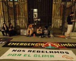 Activistas contra el cambio climático se encadenan en el Palacio de San Telmo