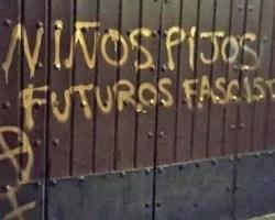 Pintada en la puerta de un colegio del centro que tilda de pijos y fascistas a sus escolares