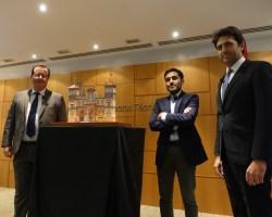 La portada de la Feria de Abril 2020 recrea el edificio del Hotel Alfonso XIII y rinde un homenaje a la figura del viajero en el V Centenario de la Primera Vuelta al Mundo
