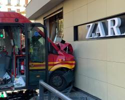 Nueve heridos en una colisión de un autobús contra un escaparate en Plaza del Duque