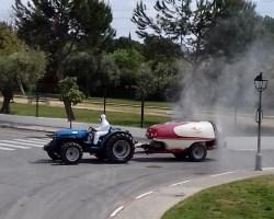 Voluntarios recorren Gines con sus tractores para ampliar las tareas de desinfección al fin de semana