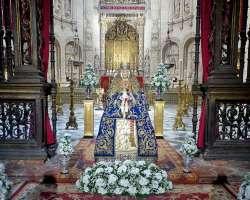 """El """"besamano"""" sin besos de la Virgen de los Reyes"""