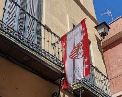 Balcones de Sevilla: Del negro luto a la blanca alegría