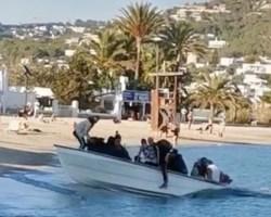 """""""¡Manda huevos!"""", así reciben los sorprendidos paseantes la avalancha de inmigrantes ilegales en Ibiza y Canarias que ya llegan en pandillas y de parranda (Vídeos)"""