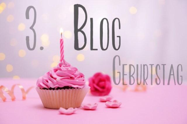 Leckerer Geburtstags Cupcake und Dekoration auf einem Tisch mit hellem Hintergrund