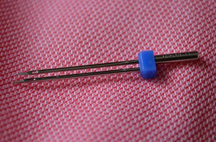 Установка двойной иглы и заправка ниток