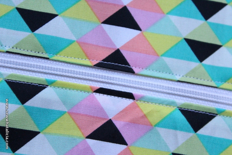How to Sew an Easy Zipper Pouch: Zippers aren't scary!! This is the first part in a series on adding zippers to your sewing. Click through to learn how to sew an easy zipper pouch| www.sewwhatalicia.com