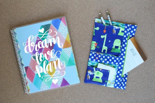 How to Sew a Planner Organizer: This organizer is the perfect place to store your planner extras. Stickers, pens, notepads, throw them in here and keep them close to your planner. Click through for the full tutorial. | www.sewwhatalicia.com