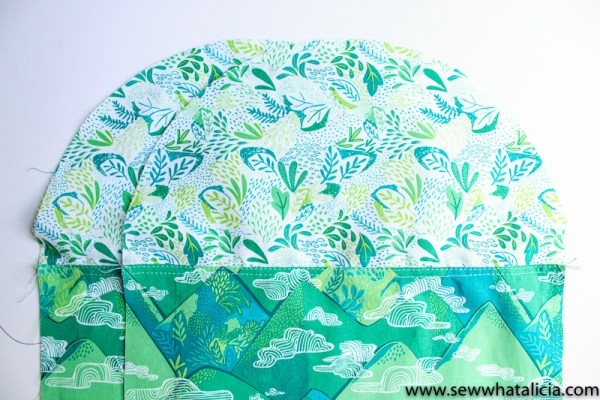 Circle Top Reversible Tote Sewing Tutorial: This tutorial is so fun for making a reversible tote. The circular top is a fun and unique idea. Click through for the full tutorial.   www.sewwhatalicia.com