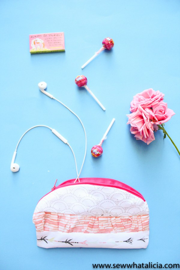How to Sew a Ruffle Zipper Pouch: This is a fun twist on a zipper pouch. Learn how to add a curve and a ruffle with this tutorial. Click through for full instructions. | www.sewwhatalicia.com