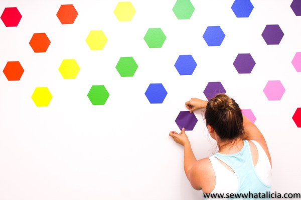 How to Make Your Own Wallpaper Using Vinyl: The is a great tutorial for creating your own wallpaper using adhesive vinyl. Click through for the full instructions.   www.sewwhatalicia.com