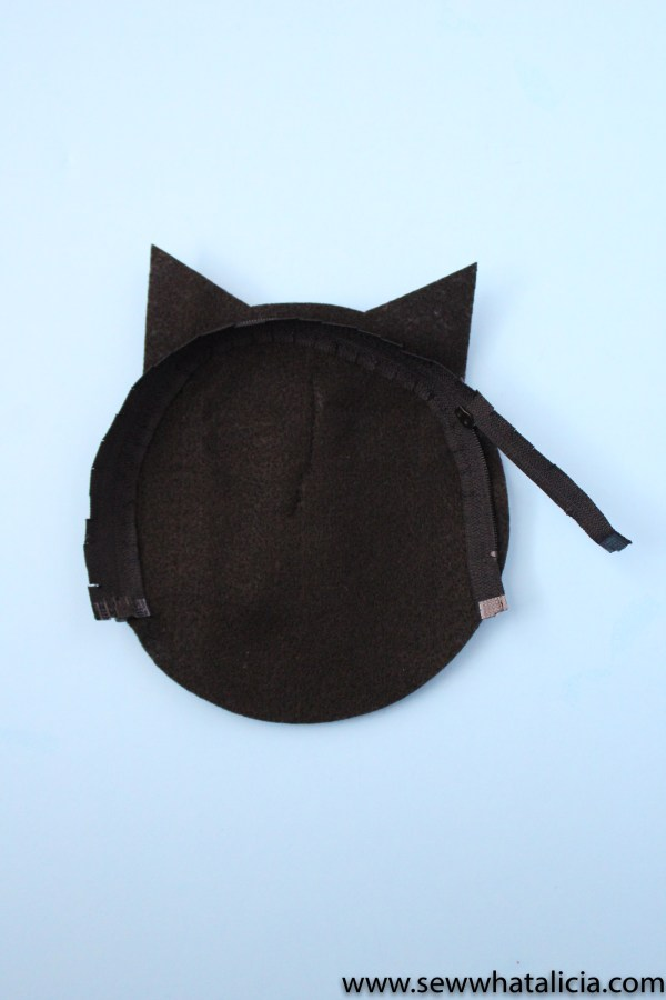 Black Cat Small Pouch Tutorial: This is an adorable felt sewing project. This is a great project for the cat lover in your life! Click through for the full tutorial and a video tutorial.   www.sewwhatalicia.com