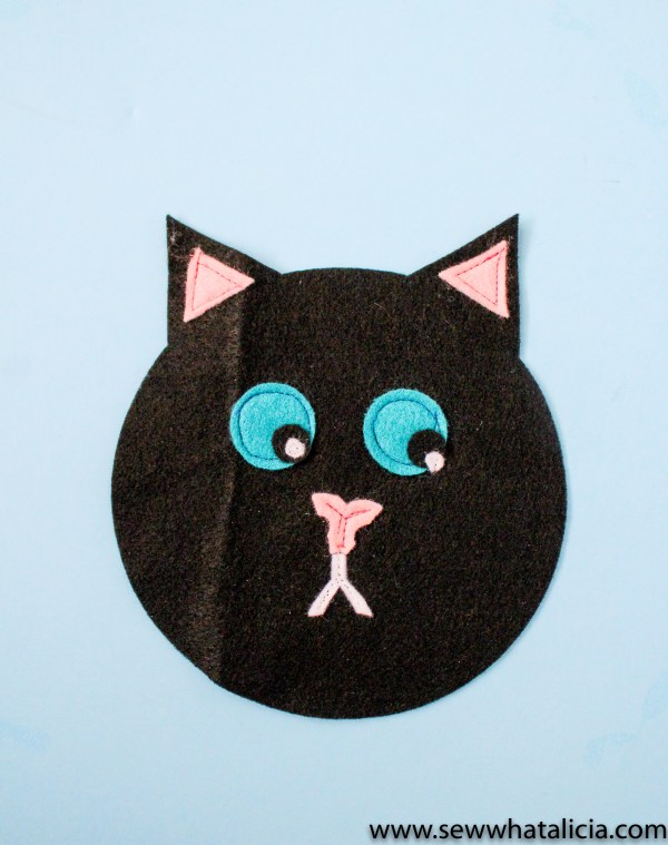 Black Cat Small Pouch Tutorial: This is an adorable felt sewing project. This is a great project for the cat lover in your life! Click through for the full tutorial and a video tutorial. | www.sewwhatalicia.com