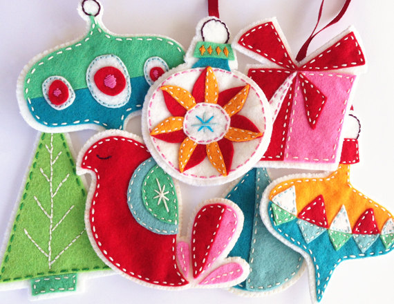 10+ Fun Felt Ornaments to Sew: If you love to sew and want to add a special handmade touch to your holiday season these christmas ornament patterns are perfect for you. Sew these ornaments today for your tree! Click through for a full list of ornaments to sew. | www.sewwhatalicia.com