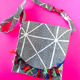 Crossbody messenger bag pattern: This adorable bag is fun to sew and great for beginners and seasoned sewers alike. Click through for the full tutorial.   www.sewwhatalicia.com