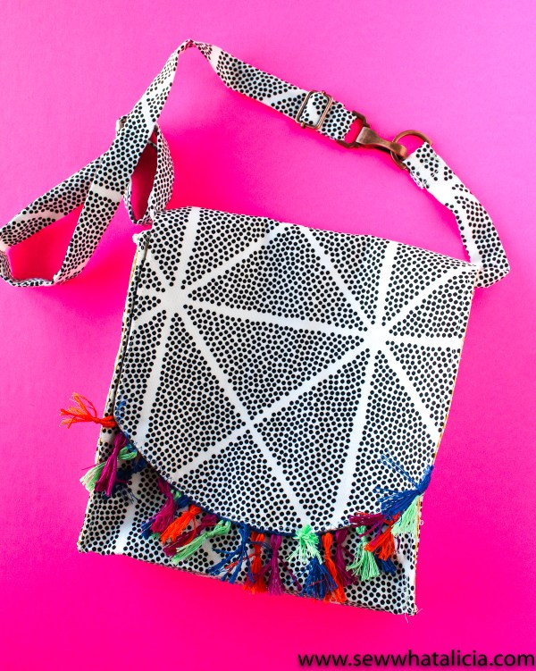 Crossbody messenger bag pattern: This adorable bag is fun to sew and great for beginners and seasoned sewers alike. Click through for the full tutorial. | www.sewwhatalicia.com