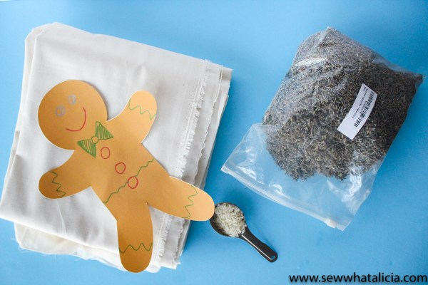 How to Make Your Own Reusable Hand Warmers: These little gingerbread men hand warmers are easy to sew. This is a great project for beginners and the perfect holiday gift. Click through for the full tutorial and free cut file. | www.sewwhatalicia.com