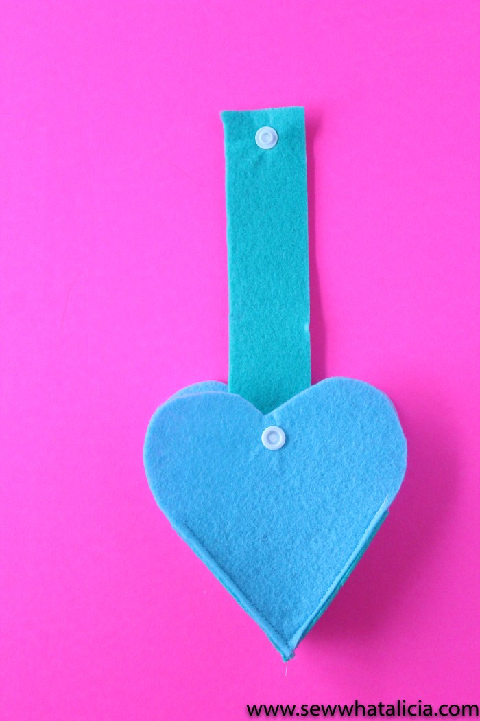 Felt Heart Valentine Sewing Project: This is a quick and easy sewing project that is perfect for Valentine's Day. Click through for a full supply list and tutorial. | www.sewwhatalicia.com
