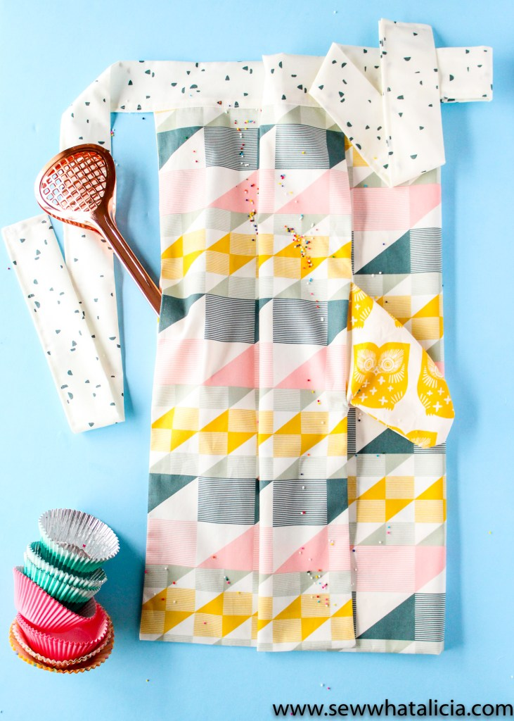 Apron Patterns: Check out this fun way to customize your apron plus a ton of great apron tutorials. This is a collection of tons of great apron patterns that are perfect for all levels of sewists. Click through for the patterns. #sewwhatalicia #sewing | www.sewwhatalicia.com