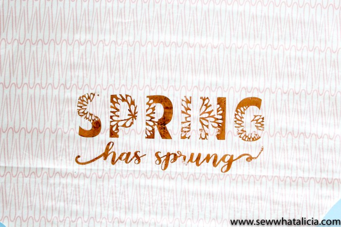 DIY Faux Fur Spring Wreath: This is a quick no sew project that is great for beginners. Click through for the full tutorial and the cut file.   www.sewwhatalicia.com