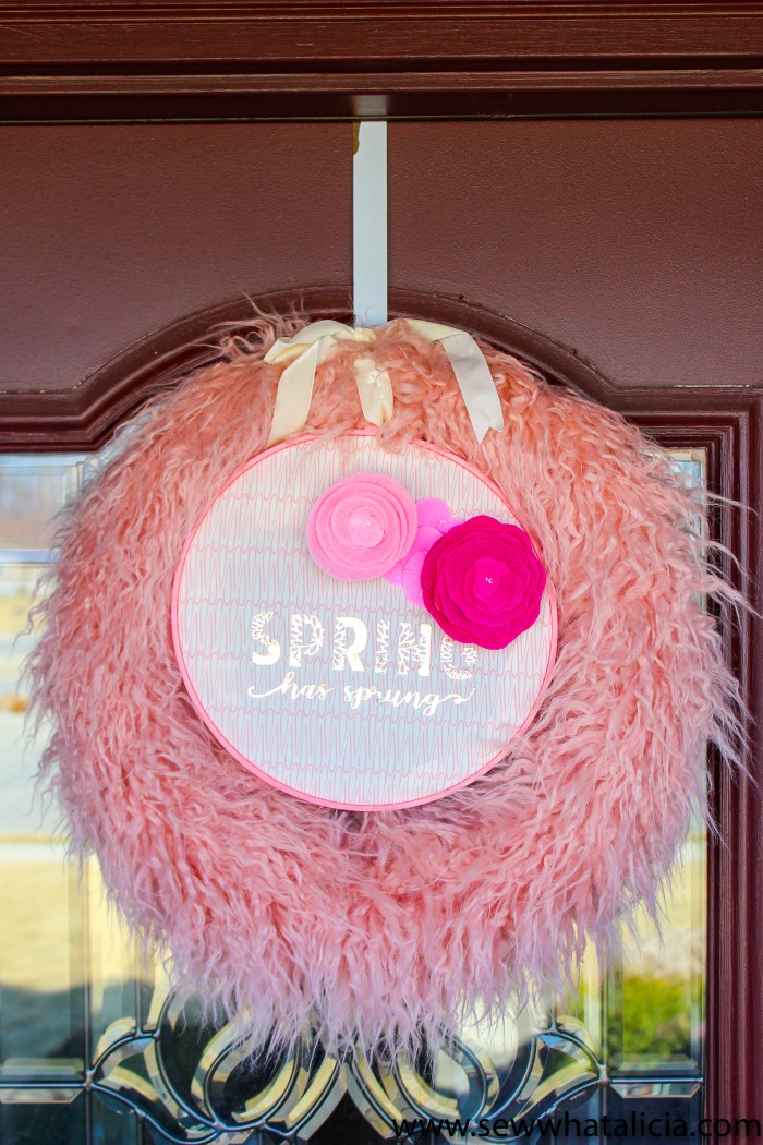 DIY Faux Fur Spring Wreath: This is a quick no sew project that is great for beginners. Click through for the full tutorial and the cut file. | www.sewwhatalicia.com