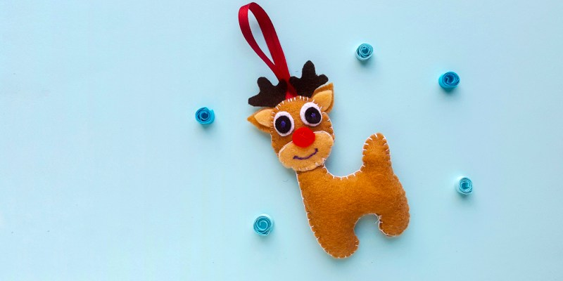 Hand Sewn Felt Reindeer: This reindeer is so cute! Grab the free cut file or paper template to create this cute little guy. Click through for the free pattern. | www.sewwhatalicia.com
