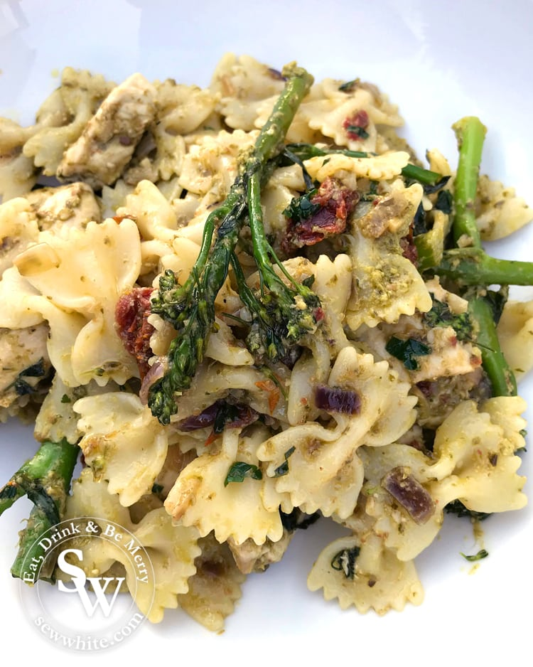 Chicken and Pesto Pasta with sundried tomatoes and broccoli for a summer pasta salad