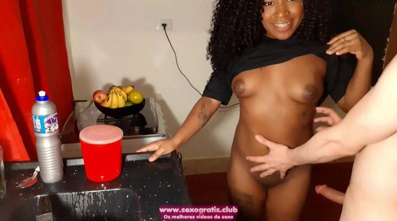 Pegou a vizinha na cozinha