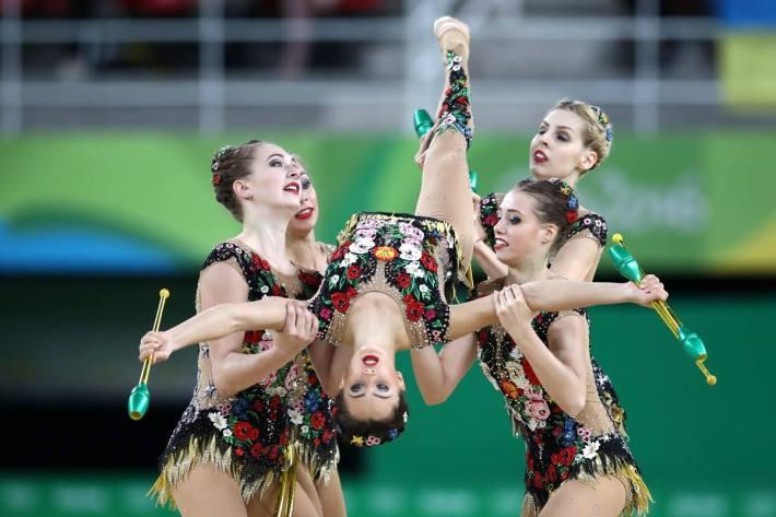 """El quipo ruso realizando el ejercicio (Fuente: Página de Facebook """"Russia National Team in Rhythmic Gymnastics"""")."""