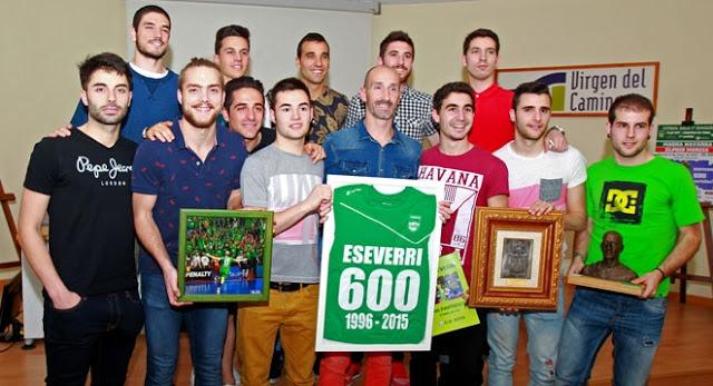 Javier Eseverri recogiendo en compañía de sus compañeros de equipo la camiseta conmemorativa de sus 600 partidos disputados con la elástica de Xota. Fotografía vía LNFS.es