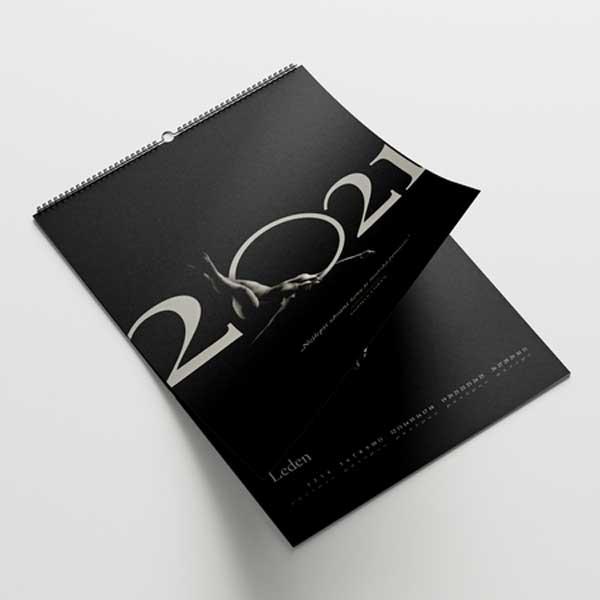 Sexy nástěnný kalendář aktu